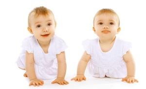 31048911_s twins crawling